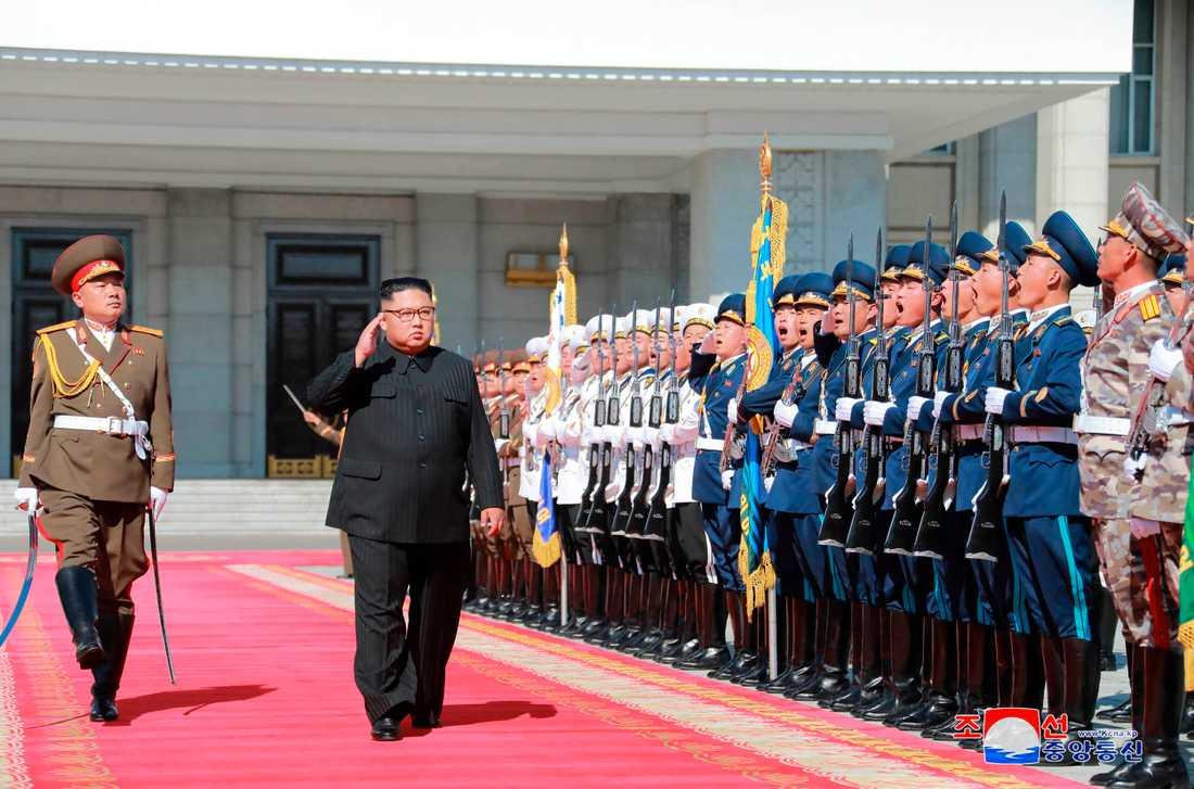 Nordkoreas diktator Kim Jong-Un inspekterar en hedersvakt i samband med landets 70-årsdag den 9 september.
