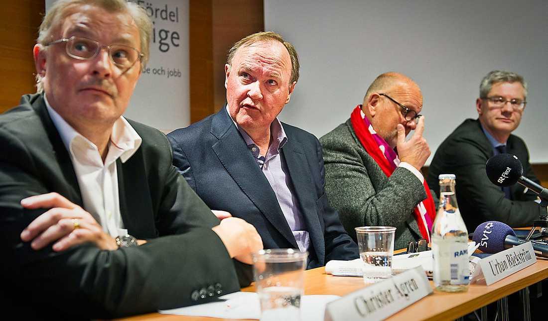 Christer Ågren (längst till vänster) beklagade sig i går över att löneavtalen blev för dyra trots att ökningarna bara är lite över inflationsmålet. Övriga på bilden: Urban Bäckström, vd Svenskt näringsliv, Christian W Jansson, ordförande Svensk Handel och Skogsindustrierna samt Magnus Hall, vd Holmen AB och ordförande Skogsindustrierna.
