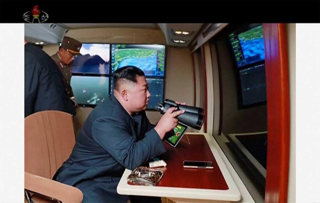 Nordkoreas ledare Kim Jong Untittar på under en testuppskjutning den 1 augusti.