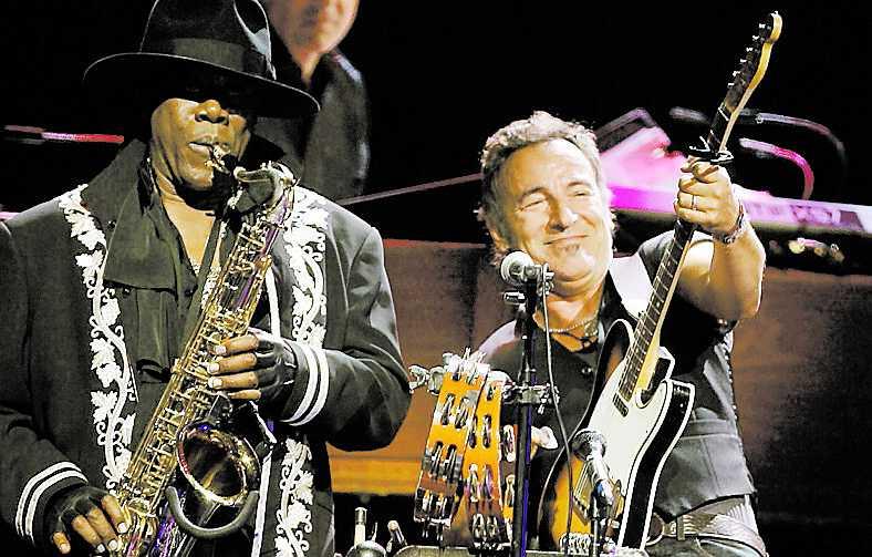"""Cowboyhatten åkte på Bruce för låten """"Outlaw Pete"""" – men när det blev dags för Clarence Clemons solo i """"Promised land"""" var saxofonisten otränad."""