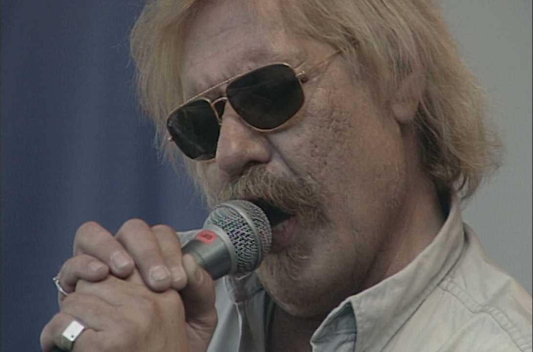 Kenta Gustafsson på scen i Kungsträdgården i Stockholm 1997.