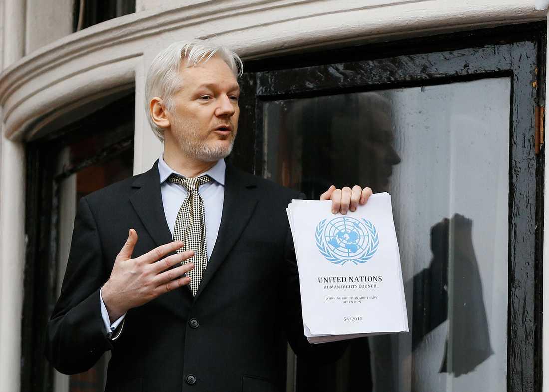 Julian Assange på Ecuadors ambassads balkong.