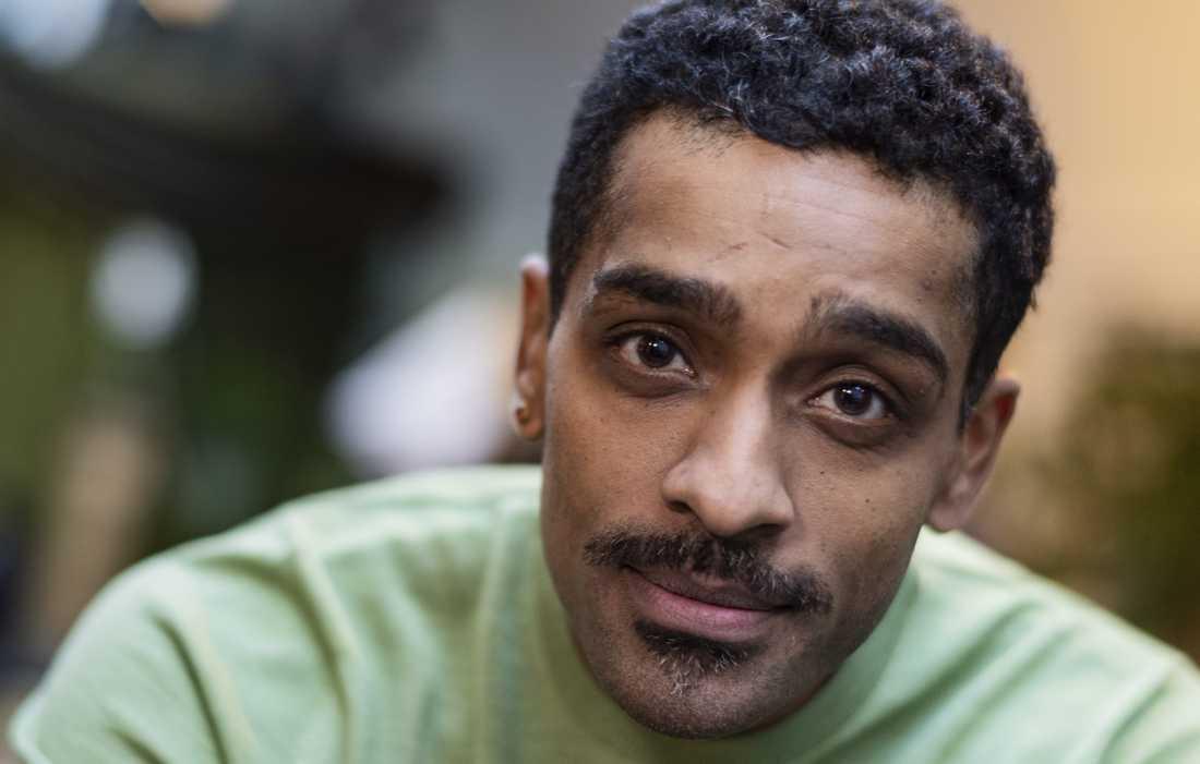 Skådespelaren Alexander Karim debuterar som romanförfattare med en tilltrasslad historia.
