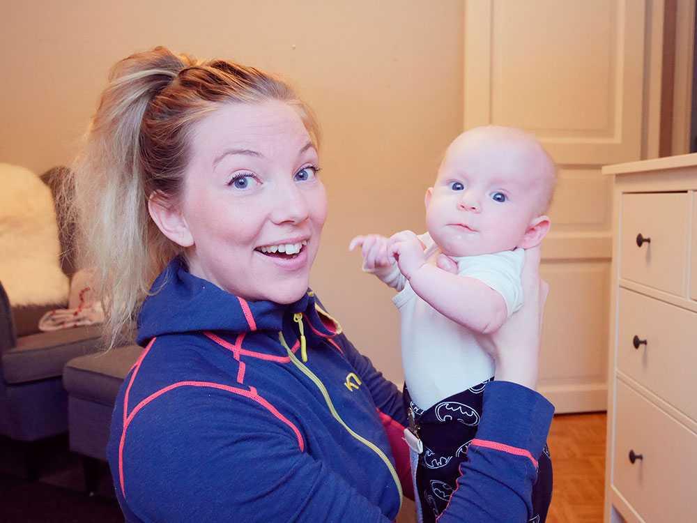 Kajsa Eriksson tränar hemma i vardagsrummet med dottern Tilde. Eftersom att hon gillar att träna var den en självklarhet att hon skulle träna med sin bebis efter födseln.