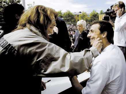Gamla bekanta En fritidsledare från Zlatans ungdomsår fick hans autograf.