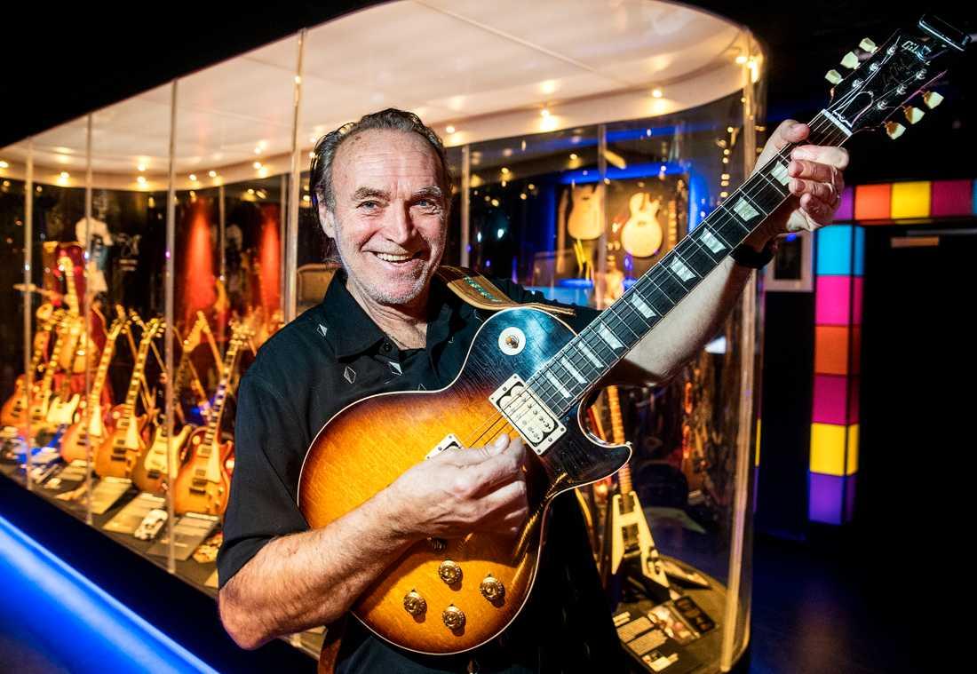 Claes af Geijerstam med sin värdefulla kopia av Joe Perrys Aerosmith-gitarr. Hans samling visas nu på ABBA-museet.