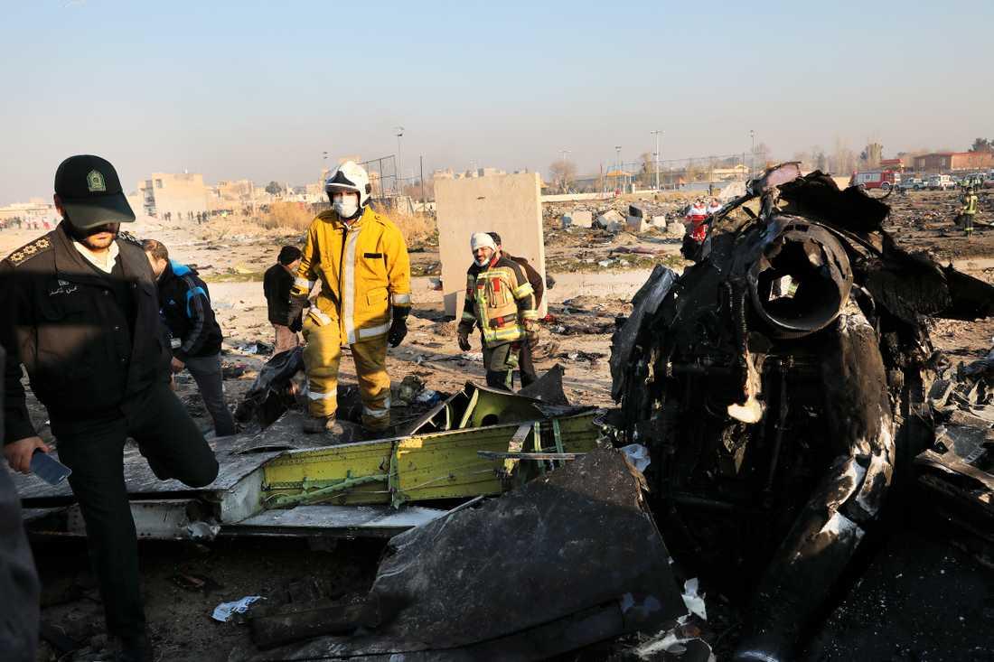 Delar av det kraschade planet i Shahedshahr i Iran.