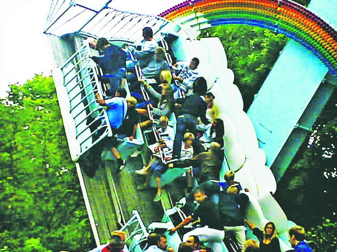"""Klockan 18.37 – katastrof 36 passagerare kastas ner mot asfalten när karusellen Rainbow kollapsade. När olyckan sker är mellan 25000–30000 besökare i nöjesparken, men många väljer att gå hem. """"Det känns inte roligt att vara kvar"""", säger en av dem."""