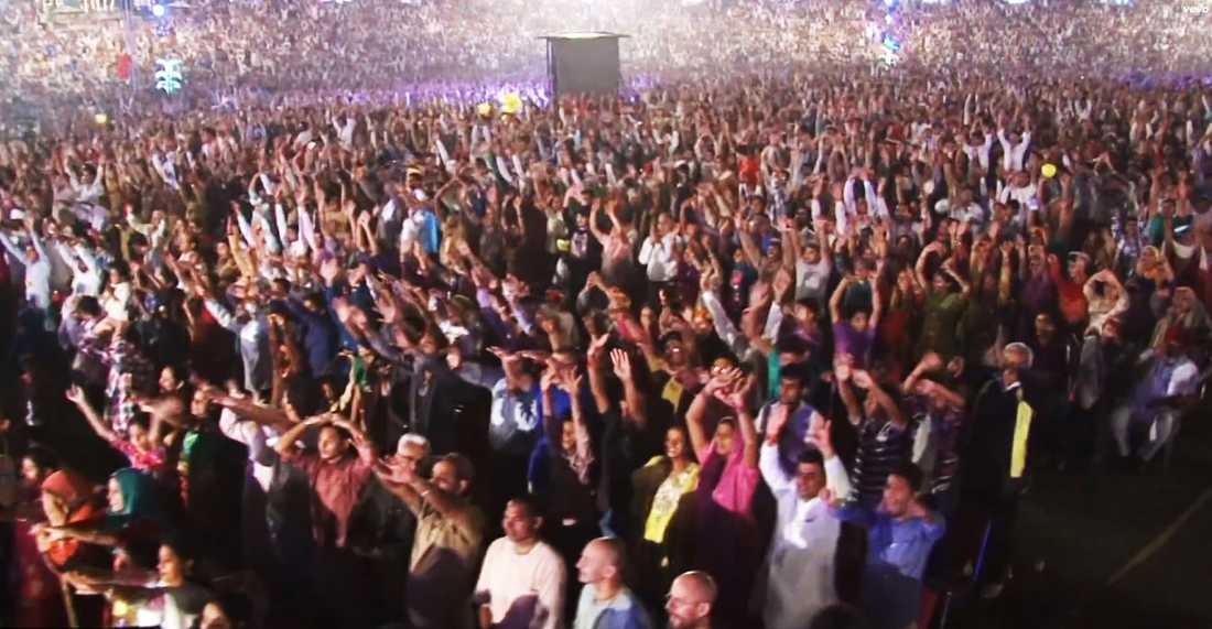 Publikhavet vid en av Gurmeet Ram Rahim Singhs konserter.