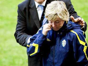 """Ett ledsamt farväl Marika Domanski Lyfors sista match som förbundskapten slutade med en riktigt tung förlust. Hon fick aldrig uppleva en guldfest med landslaget och kunde inte hålla tillbaka tårarna efter matchen. """"Det känns svårt"""", sa en mycket nedstämd Domanski Lyfors till Sportbladet."""