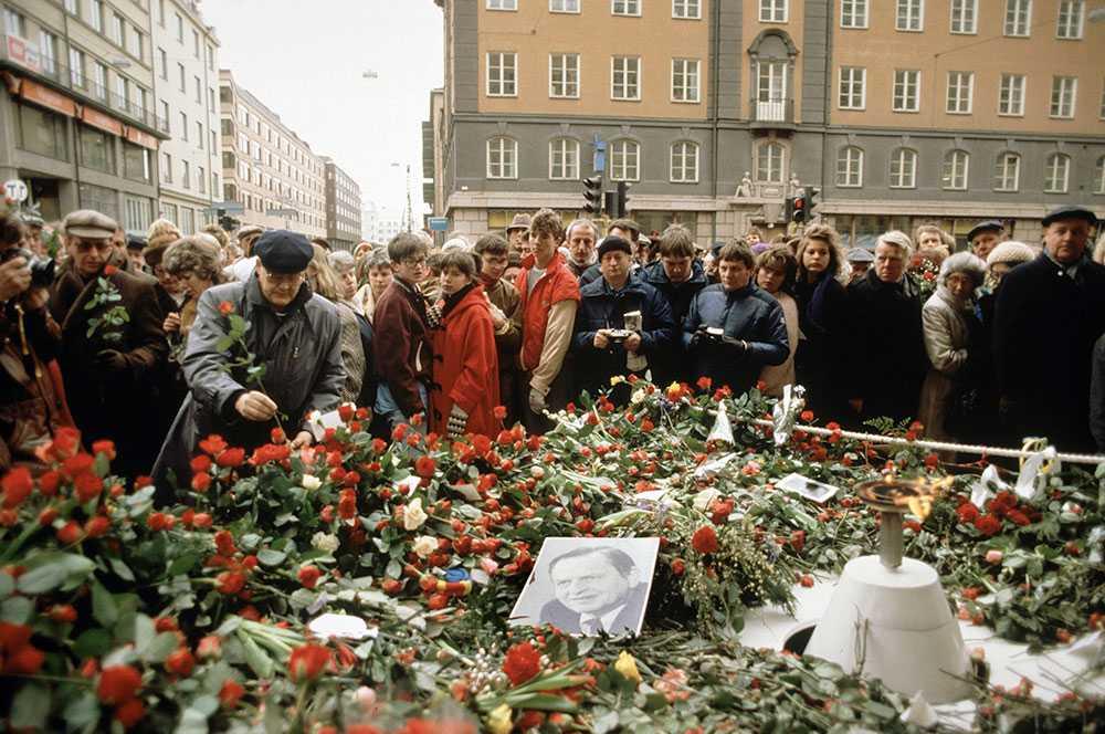 Mars, 1986: Människor lägger blommor på platsen där statsminister Olof Palme mördades av en okänd gärningsman.