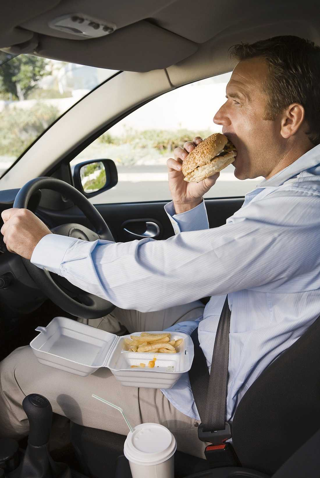 Skitbråttom Din bilratt kan innehålla upp till nio gånger så mycket bakterier som ringen på din toalett, enligt en ny brittisk undersökning. Detta hindrar inte 42 procent av bilförarna att regelbundet inta sin lunch eller middag i förarsätet, enligt samma undersökning.