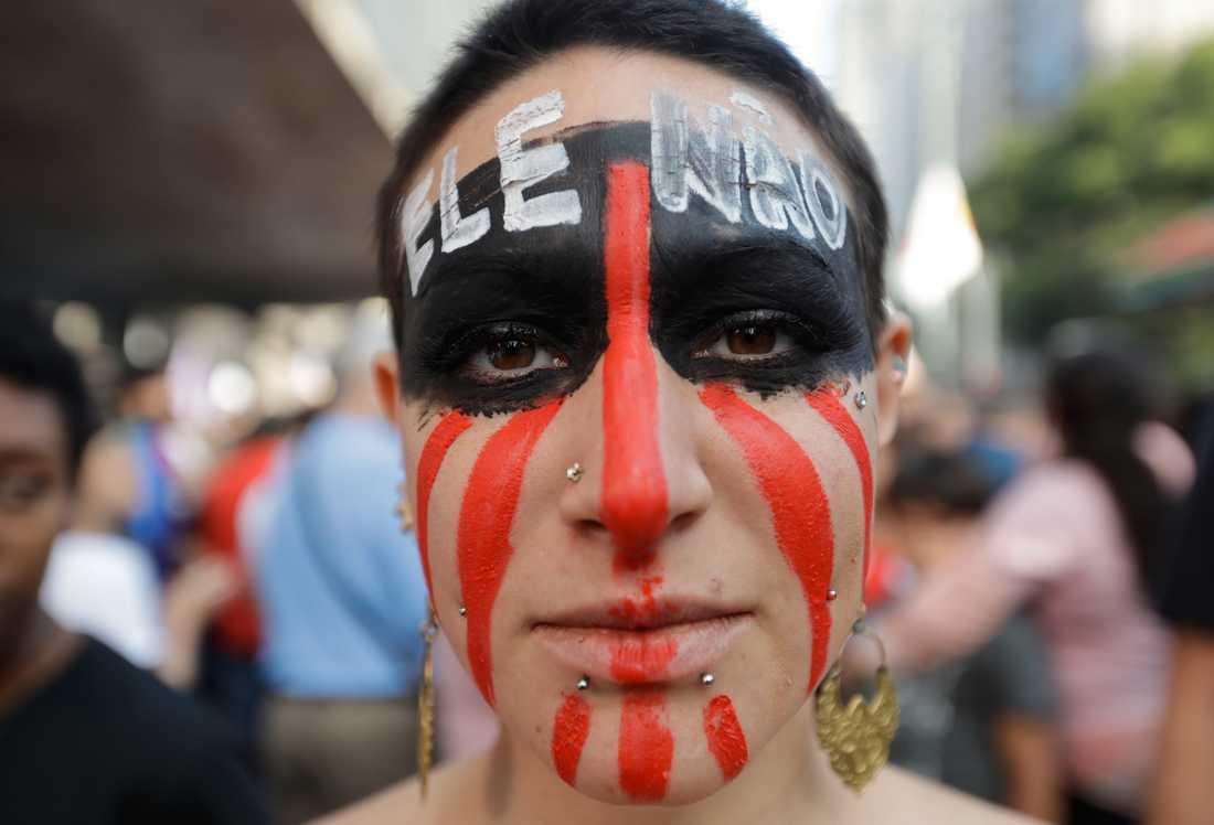 """""""Inte han"""" står det skrivet i den här kvinnans panna. Hon var en av deltagarna i en protest mot Jair Bolsonaro i São Paulo för några dagar sedan."""