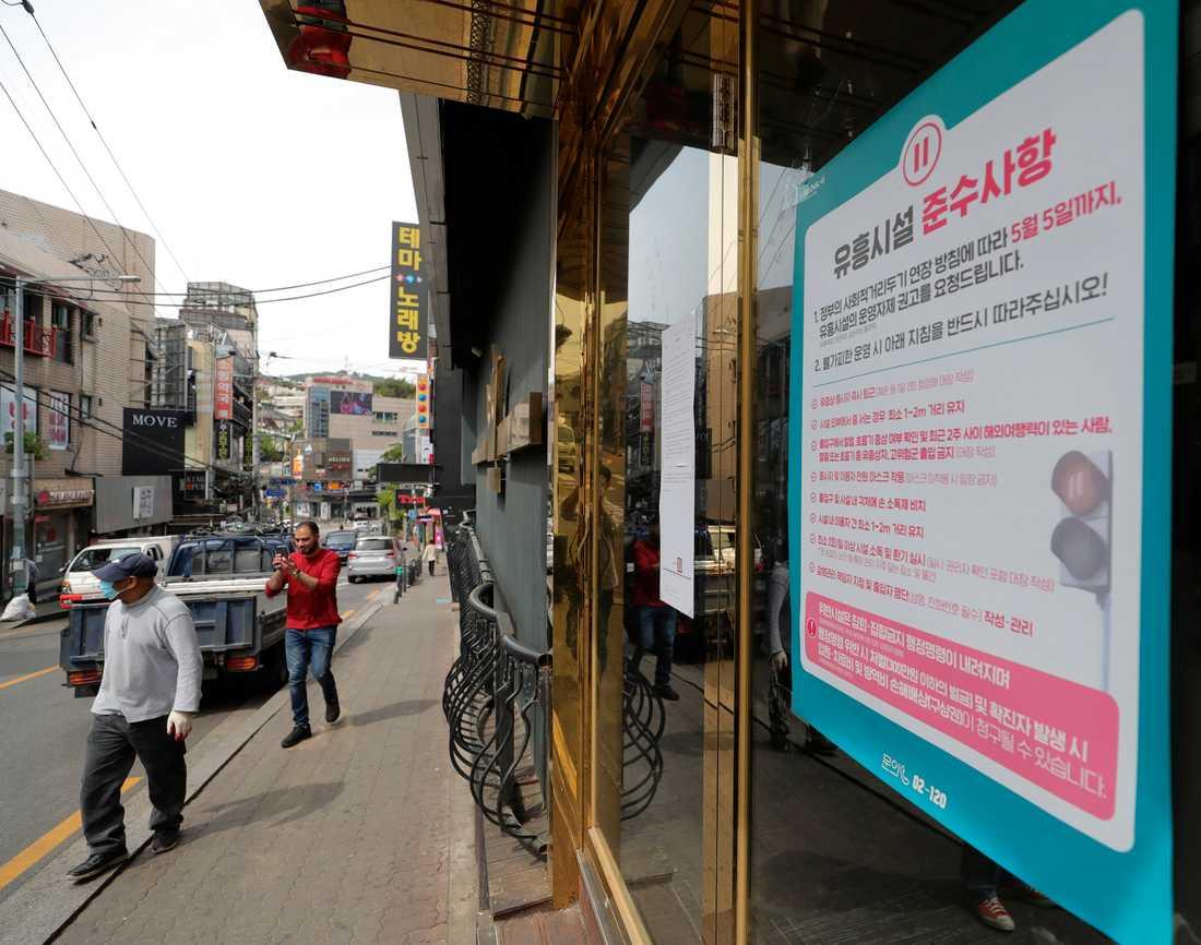 De nya rekommendationerna om att uteställen stängs har satts upp vid entrén till en nattklubb i Seoul.
