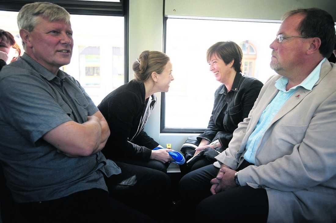 nära samarbete Mona Sahlin och Maria Wetterstrand sitter med huvudena tätt ihop på spårvagnen i Norrköping. Sammanhållningen ska göra de rödgröna till vinnare den 20 september.
