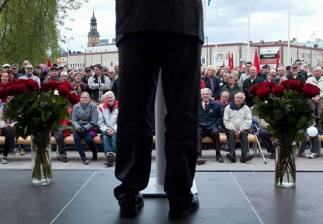 KRISEN ÄR STÖRRE ÄN JUHOLT 1900-talets historia talar sitt tydliga språk: Tidigare mäktiga partier slåss för sin överlevnad i dag. Även Socialdemokraterna kanske aldrig kan hämta sig och åter bli det parti som totaldominerat svensk politik under 80 år.