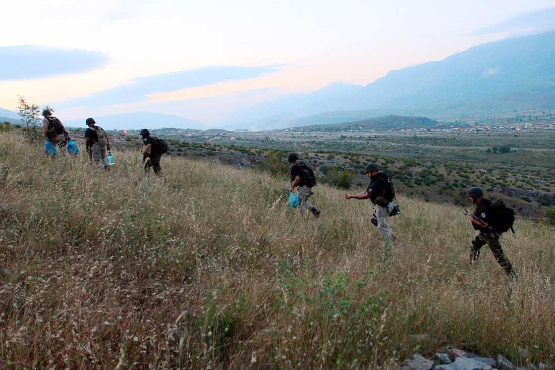 Albanska specialstyrkor bestiger bergen för att omringa byn.