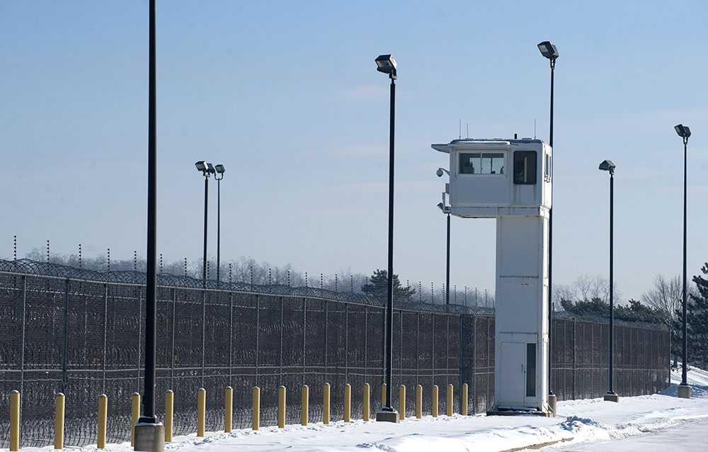 Elliot rymde från ett fängelse i Ionia i Michigan.