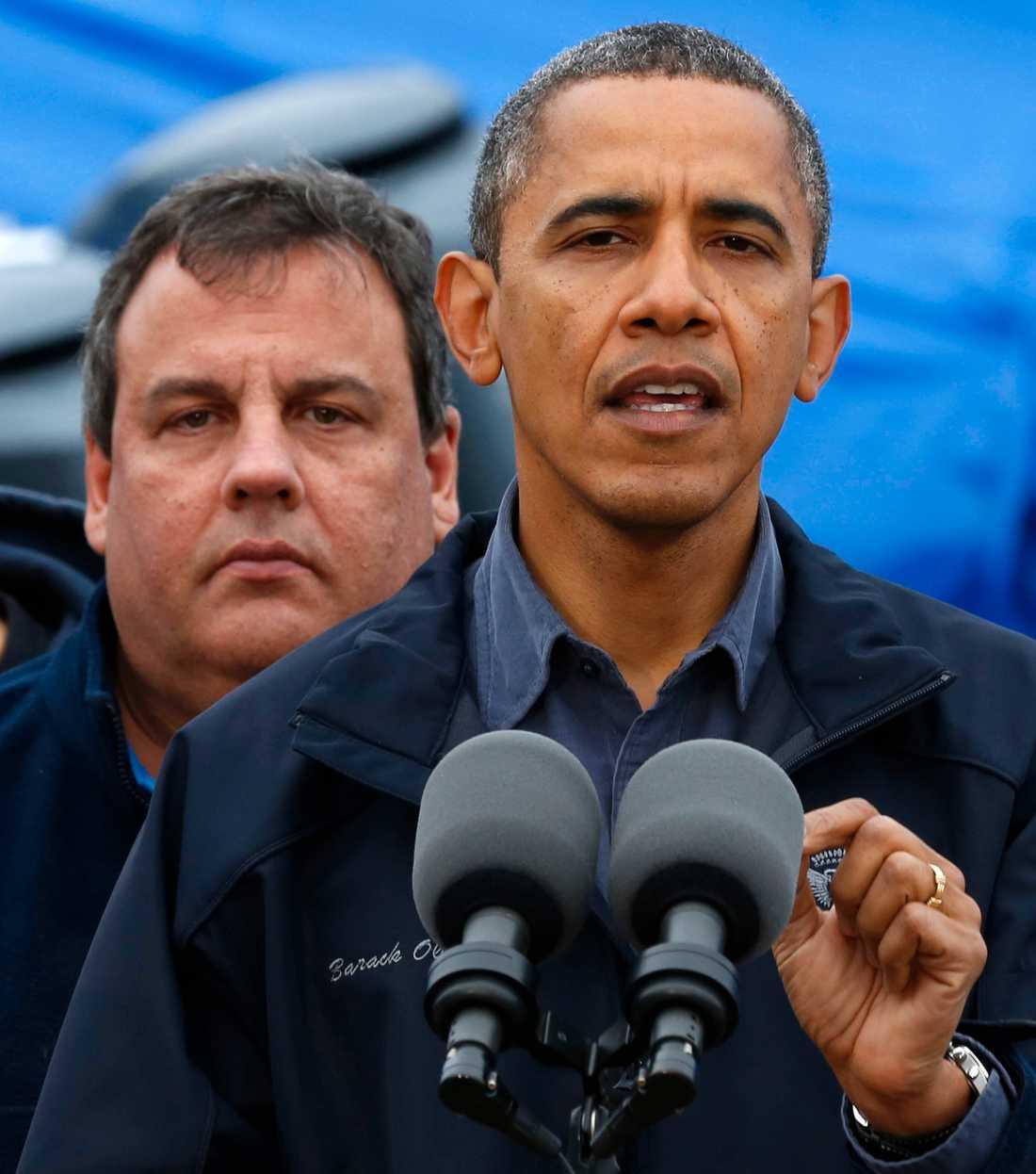 Barack Obama i Brigantine. I bakgrunden syns New Jerseys guvernör Chris Christie.