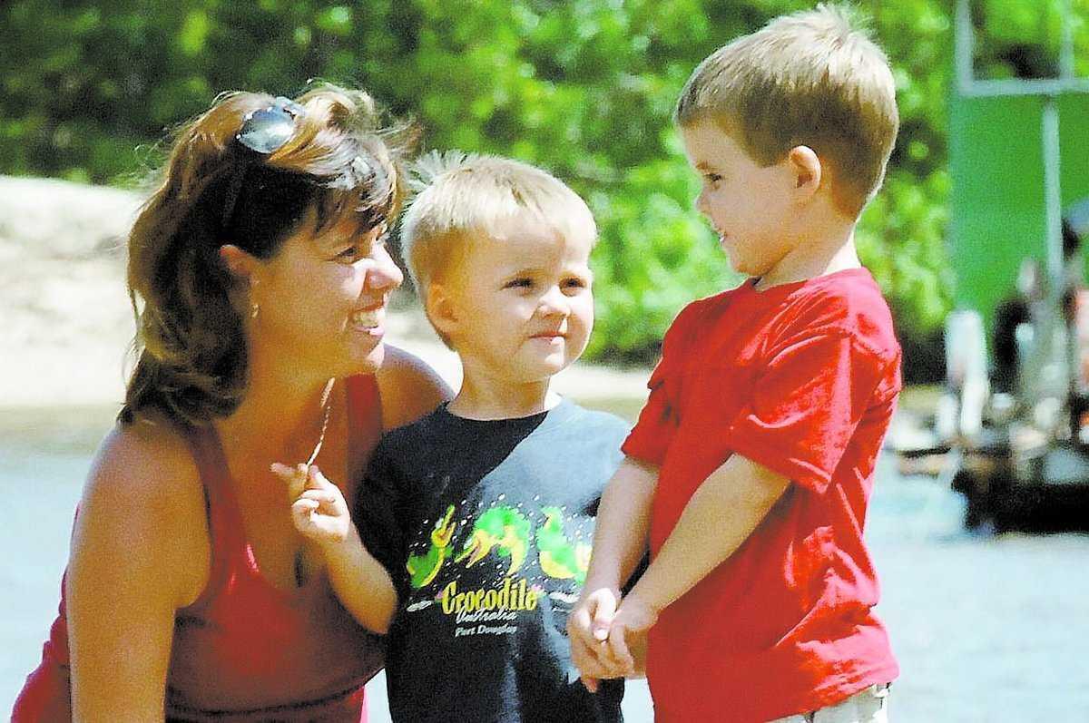 """SÖRJER SONEN Mamma Sharon med sonen Jeremy (i mitten), som dödades av en krokodil i Queensland i Australien. Familjen är nu orolig för storebror Ryan (till höger), som tvingades bevittna den fruktansvärda händelsen. """"Att se sin lillebror i käften på en krokodil, det är för hemskt för att förstå"""", säger en vän till familjen."""