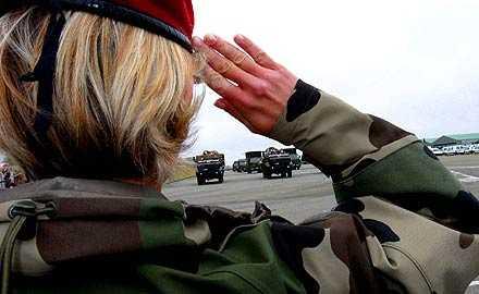 Fler kvinnor Pliktverkets avgående generaldirektör Björn Körlof tycker att det behövs fler kvinnor i det militära. Ett sätt att nå dit är att göra mönstringen obligatorisk även för kvinnor, anser han.