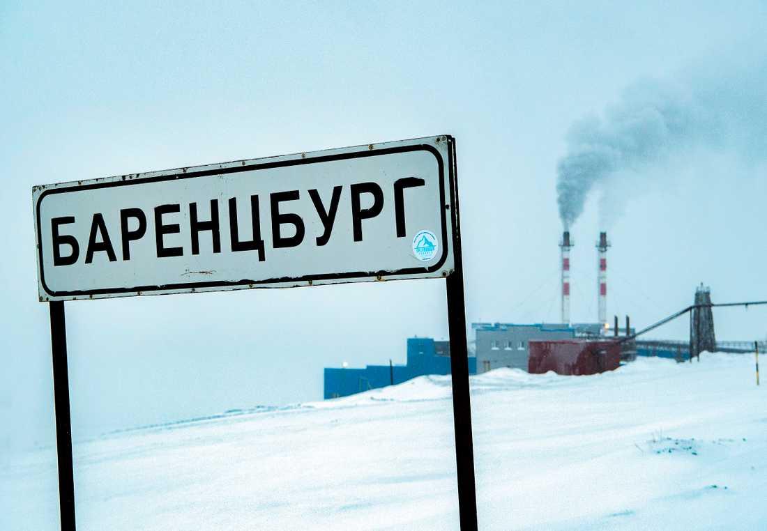 Barentsburg är ett ryskt gruvsamhälle som ligger på den norska ögruppen Svalbard i Arktis. Här bor omkring 500 personer som främst jobbar med turism eller gruvdrift.