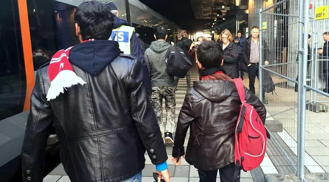 Polisen tar emot ensamkommande flyktingbarn på en svensk tågstation. OBS personerna på bilden har inget med texten att göra.