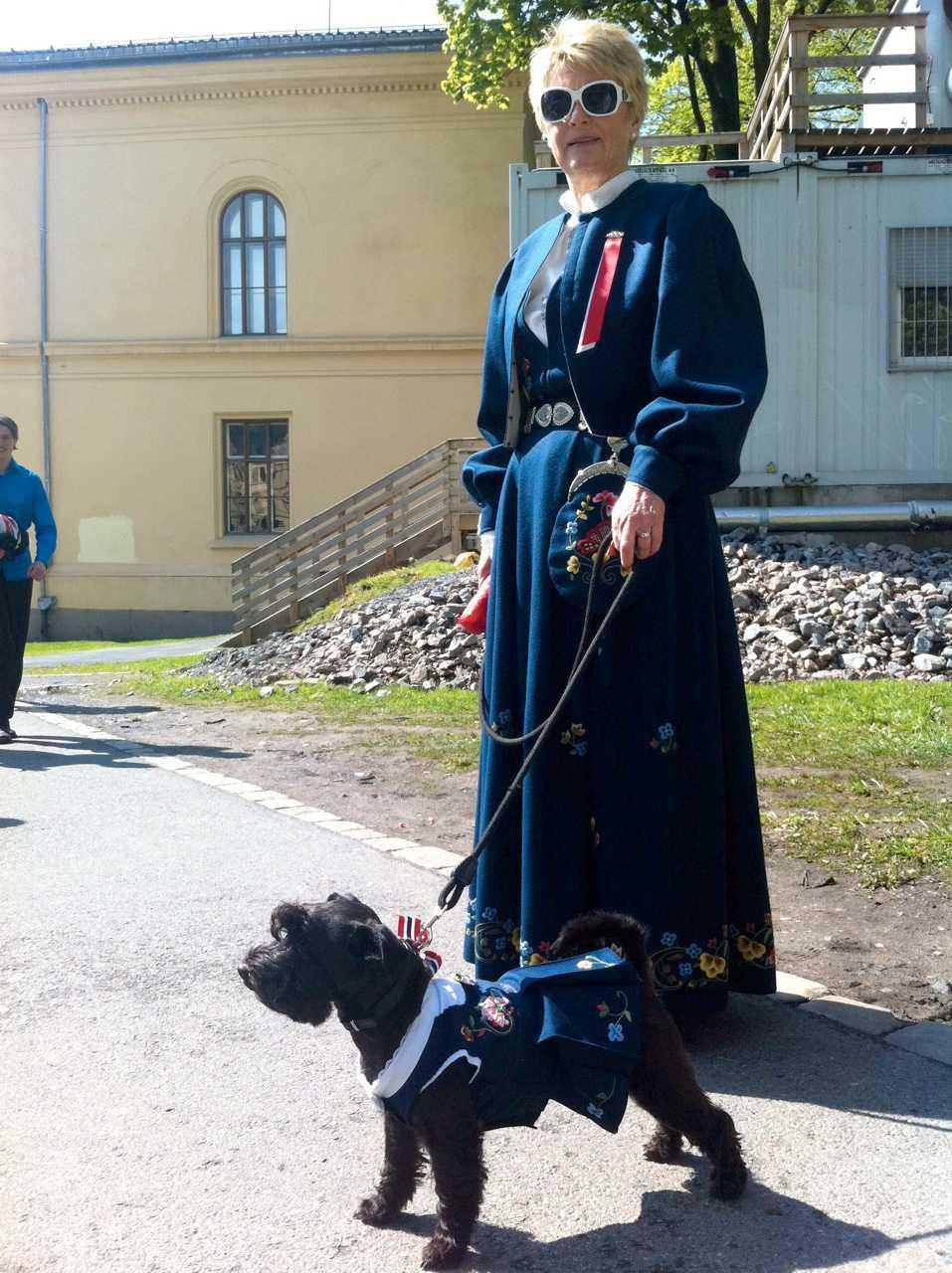 """Flink i fingrarna Bjørg Mangor, 63, har sytt hunden Pias klänning själv. """"17 maj är alltid härlig här, men jag känner av stämningen extra mycket idag"""", säger hon."""