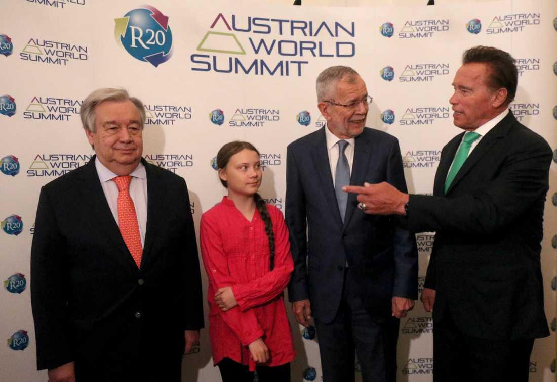 FN:s generalsekreterare Antonio Guterres, den svenska klimataktivisten Greta Thunberg, Österrikes president Alexander Van der Bellen och tidigare guvernören och filmstjärnan Arnold Schwarzenegger poserar inför klimatkonferensen R20 i Wien, Österrike.