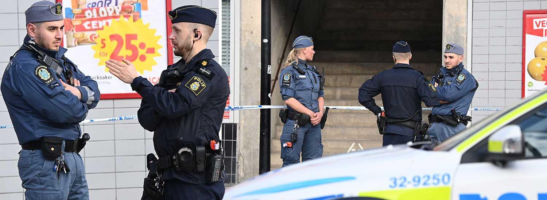 Polisen har spärrat av delar av torget i Rågsved