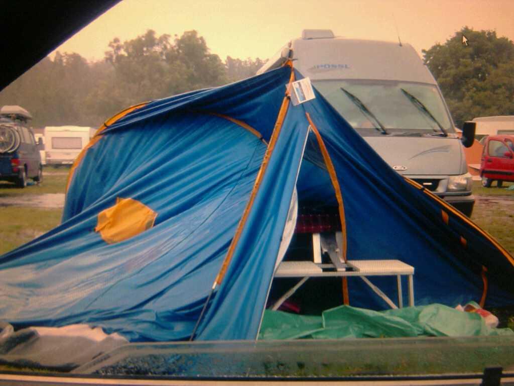 RASADE I REGNET  Stina Pallbo, 45, tog bilden på sitt tält när hon och en kompis campade med sina döttrar på en Bredängs camping utanför Stockholm.