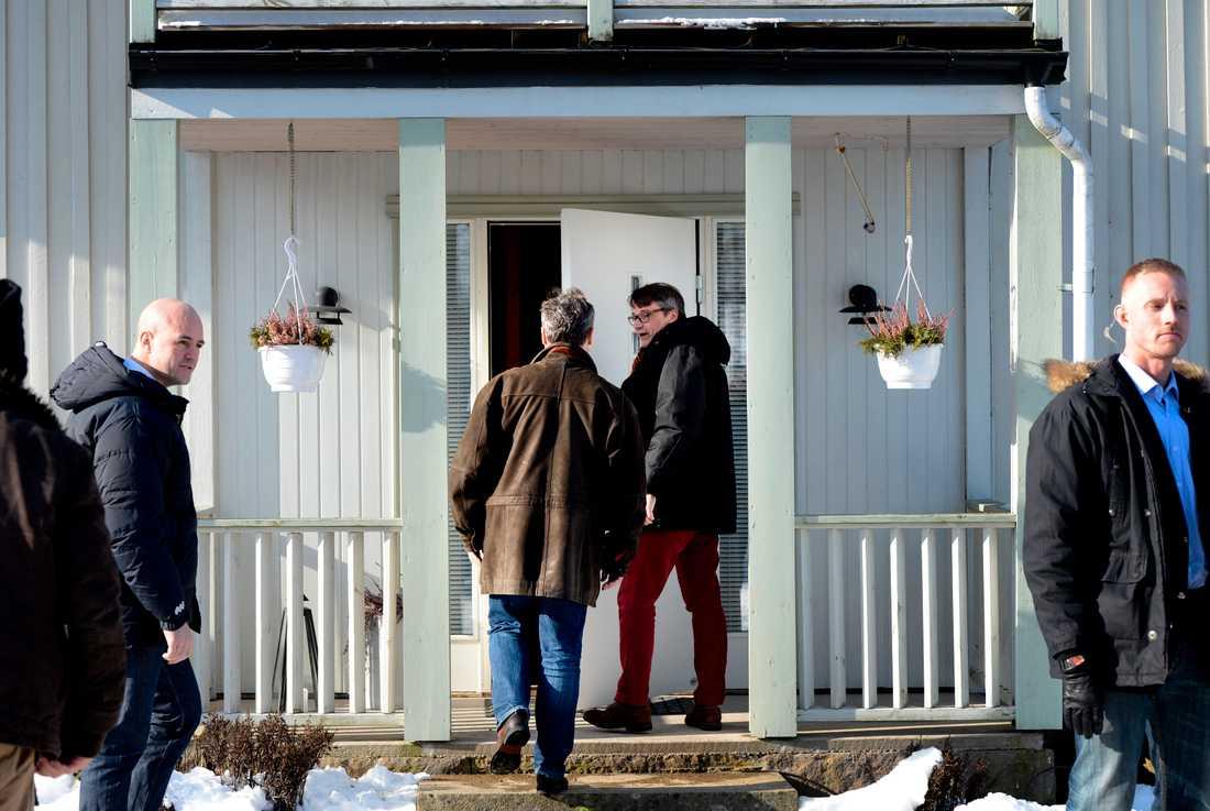 Göran Hägglund och Jan Björklund på väg in i huset.