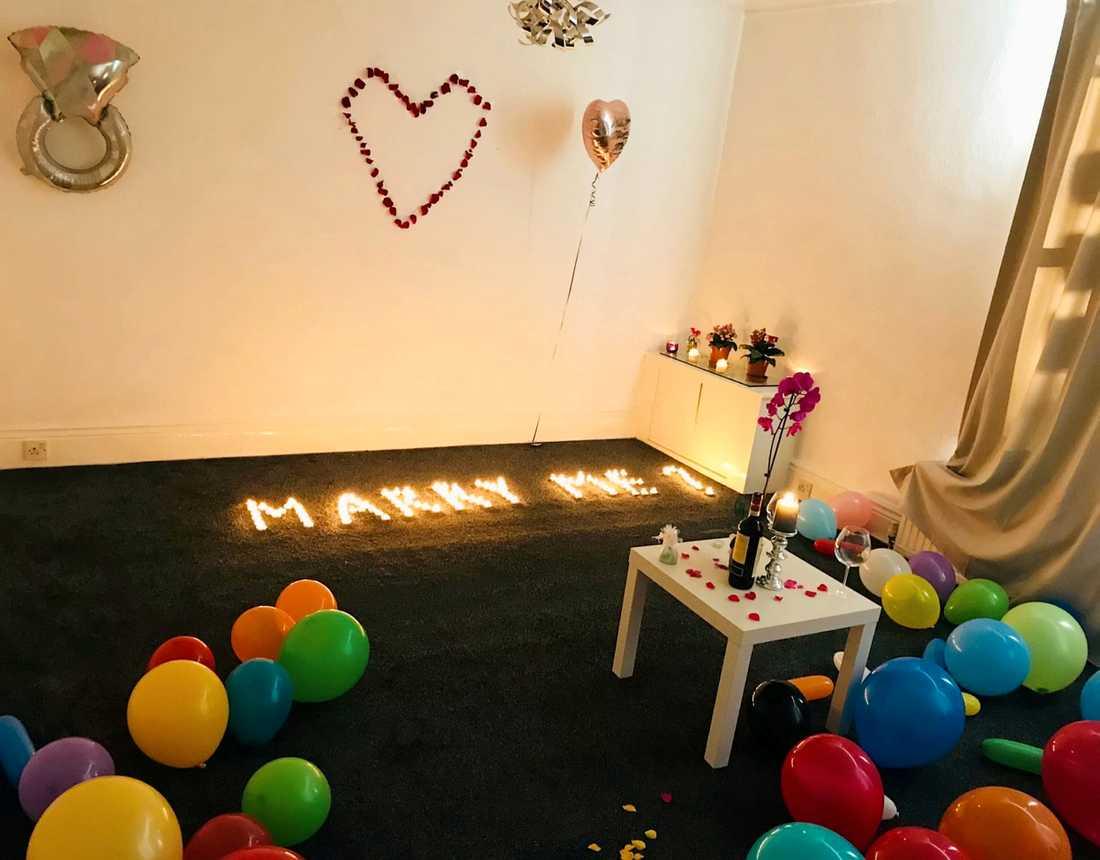 Albert, 26, hade dukat upp fint med både ballonger, en flaska Chianti och värmeljus. Vad han inte visste var att han höll på att skapa ett eldinferno.
