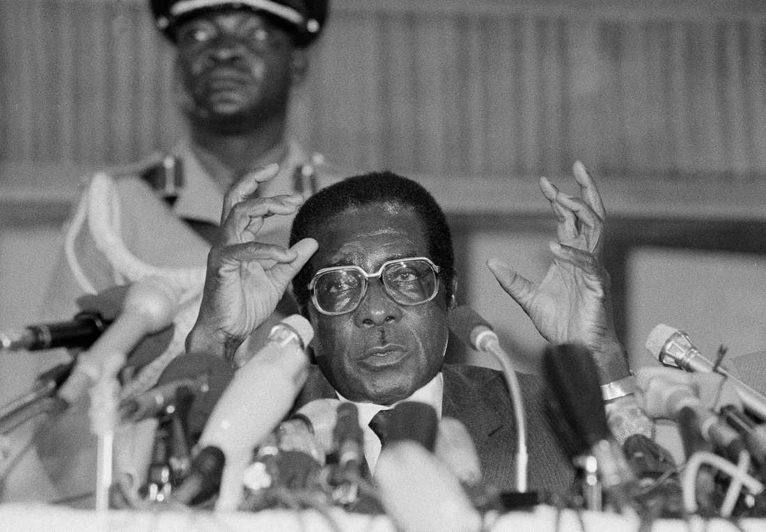"""Robert Mugabe styrde Zimbabwe i 37 år. Med tiden beskrevs han alltmer som en """"diktator"""" och """"tyrann""""."""