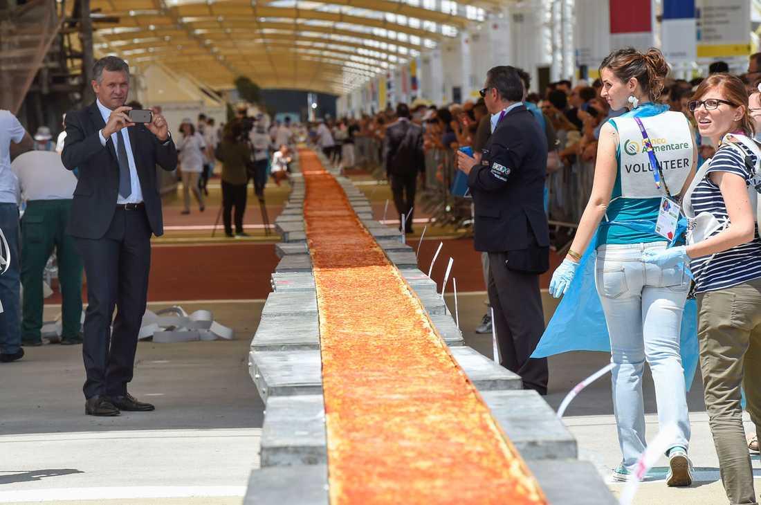 Pizzan bakades meter för meter i en ugn och visades sedan upp i all sin prakt på mässan.