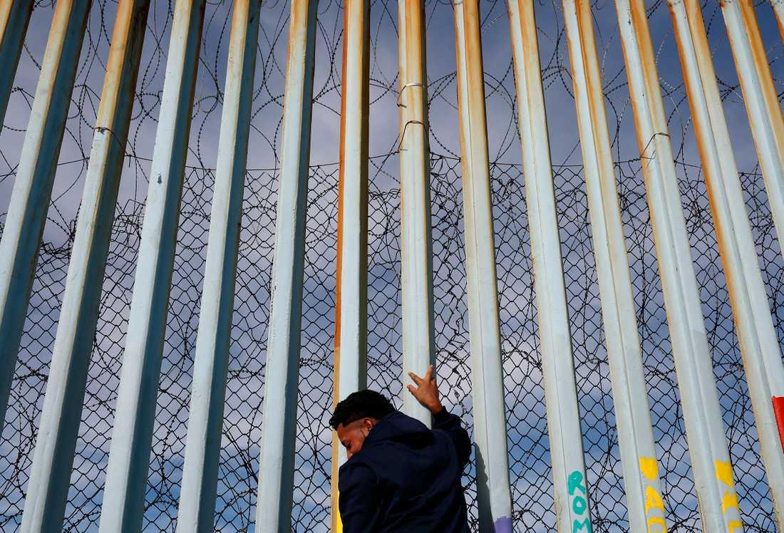 En man vid en mur i Tijuana, Mexico.