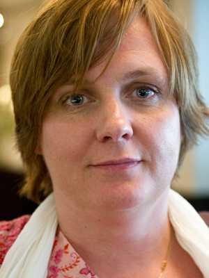 Lön 26 600 kronor.  Carina Lund, 40. Examen: Grunskolelärare i svenska och samhällskunskap. 14 år i yrket. – För att jag som lärare ska kunna betala mina studieskulder och leva på min lön.