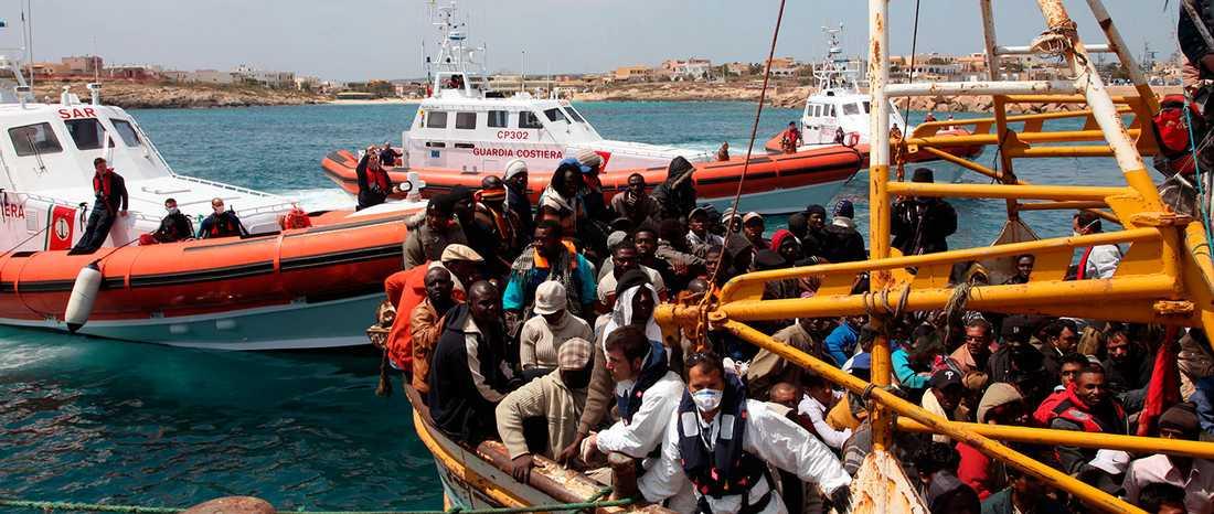 Ett fartyg med hundratals flyktingar anländer till hamnen på ön Lampedusa i Italen. Natten mot den 19 april rapporterades en båt med uppemot 700 flyktingar ha kapsejsat drygt 20 mil utanför ön. Omkring 650 personer befaras döda.