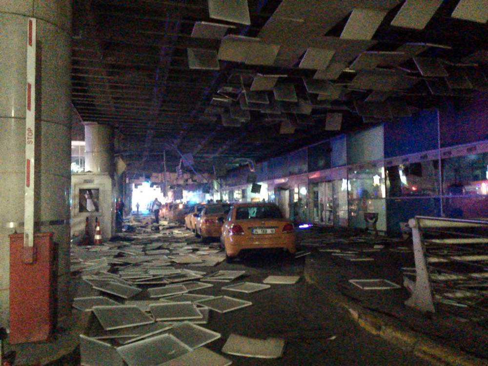 Förödelsen efter en av explosionerna utanför en ingång till flygplatsen.