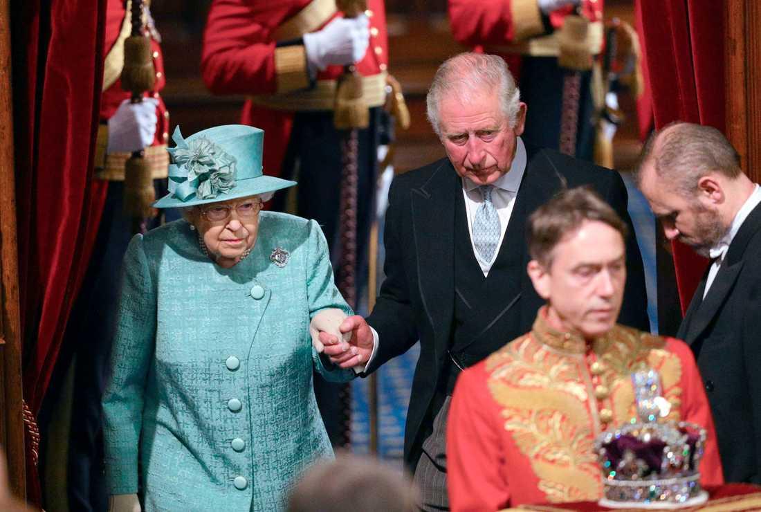 Drottning Elizabeth och prins Charles anländer till ceremonin.