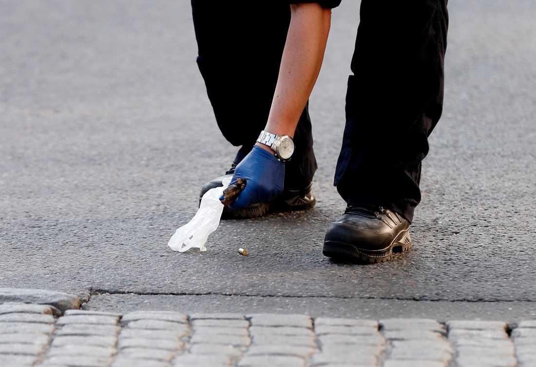 Enligt uppgifter har det hittats tomhylsor från automatvapen på brottsplatsen.