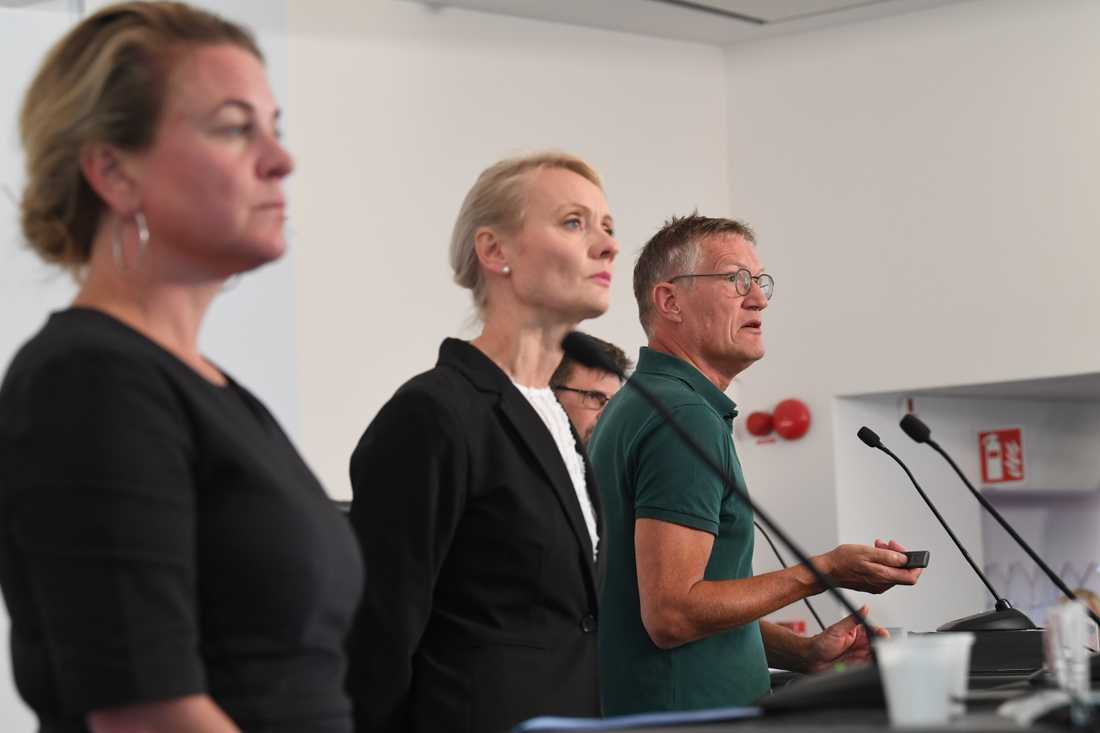 Johanna Sandwall, Socialstyrelsen, Karin Tegmark Wisell, Folkhälsomyndigheten, och Anders Tegnell, Folkhälsomyndigheten, på tisdagens pressträff.