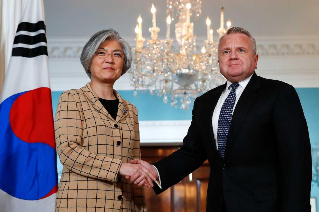 Sydkoreas utrikesminister Kang Kyung-wha tillsammans med John Sullivan, som i väntan på att Mike Pompeo godkänns av senaten, är USA:s tillförordnade utrikesminister.