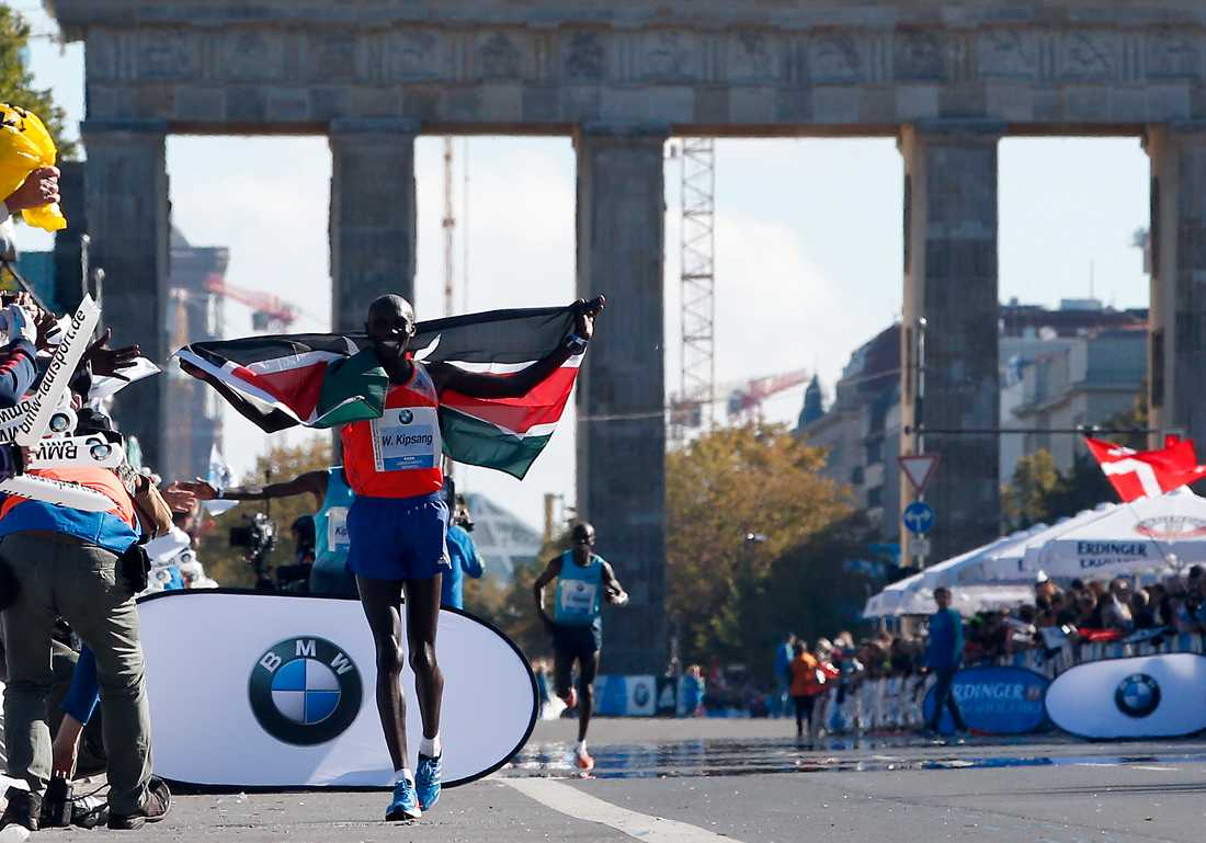 Wilson Kipsang firar segern i Berlin maraton 2013.