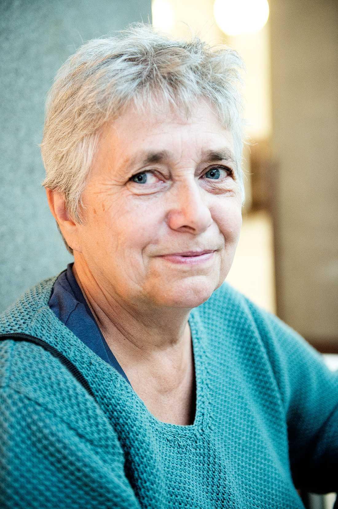 Är du för kvotering? Elvy Johannesen, 62, handläggare, Stockholm: – Svår fråga. Det ska vara självklart med jämställdhet, men jag tycker inte att man ska komma in bara för att man är kvinna om man har lägre kompetens. Man skulle kunna ha anonyma sökande.