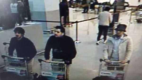 """Efter terrorattacken i Bryssel kablades en bild ut på de tre män som misstänktes vara ansvariga för bomberna på flygplatsen Zaventem. """"Mannen i hatten"""" var den enda som troddes ha överlevt attacken. Mohamed Abrini som greps nära Bryssel den 8 april tros vara den efterlyste."""