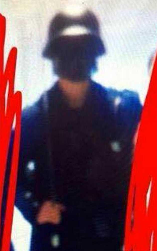 """Här är bilden som """"Sara"""" tog på mördaren när han kom till skolan."""