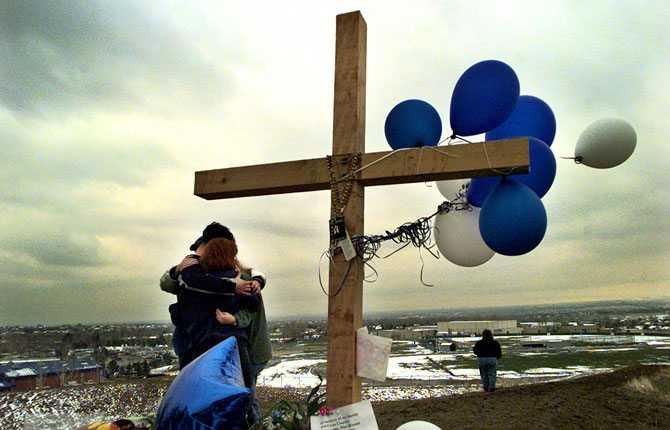 Elever i Clumbine sörjer under en minnesstund ett par dagar efter massakern.