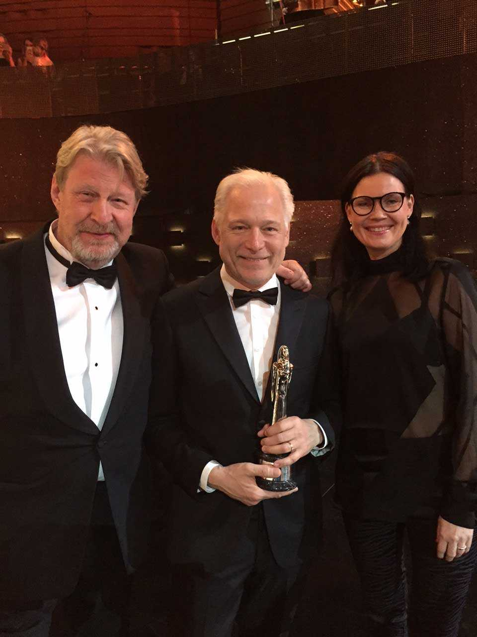 """Rolf Lassgård (""""Ove""""), regissören Hannes Holm och producenten Annica Bellander tog emot priset i Polen."""