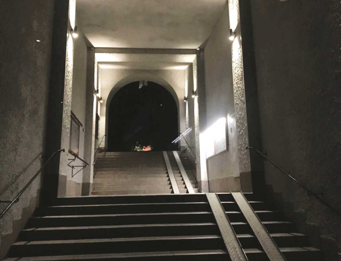 Här, i en trappa på Birger Jarlsgatan i Stockholm, skedde ett av klockrånen som nu klarats upp.